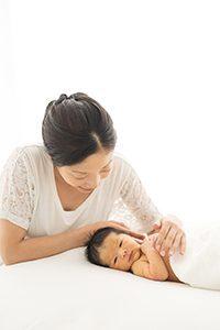 Nyföddfotografering med bebis och mamma - nyföddfoto i Lund Skåne