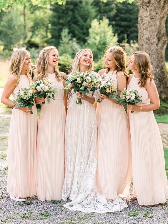 Bild på brud med tärnor av Kajsas Foto - bröllopsfotograf Skåne