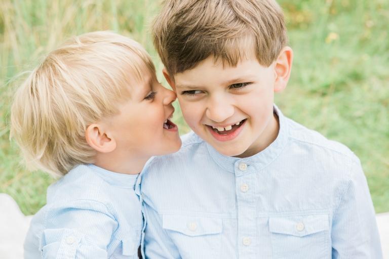Barnfotografering i Skåne Lund - syskon som viskar